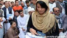 Afghanistan Kabul Passstelle Flüchtlinge Frau
