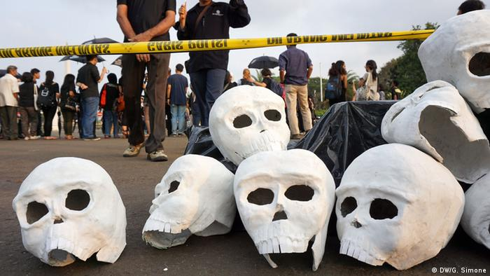 Mrtvačke glave od plastike u znak prosvjeda