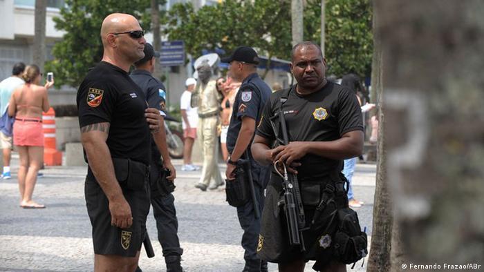 Policiais patrulham praia na Zona Sul carioca: para Kilcullen, Rio é cidade mais complexa do que Londres
