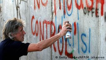 Roger Waters sprüht ein Graffiti an die Mauer in Bethlehem