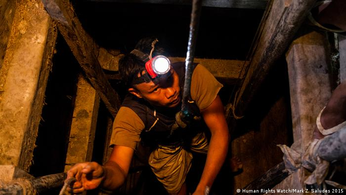 A miner emerges from an underground pit after hours of work (photo: Mark Z. Saludes for Human Rights Watch)