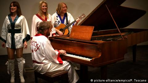 Abba members in kimonos singing beside a grand piano (picture-alliance/empics/P. Toscano)