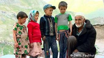 Мирзо Сатторов с детьми из ягнобского селения в Таджикистане