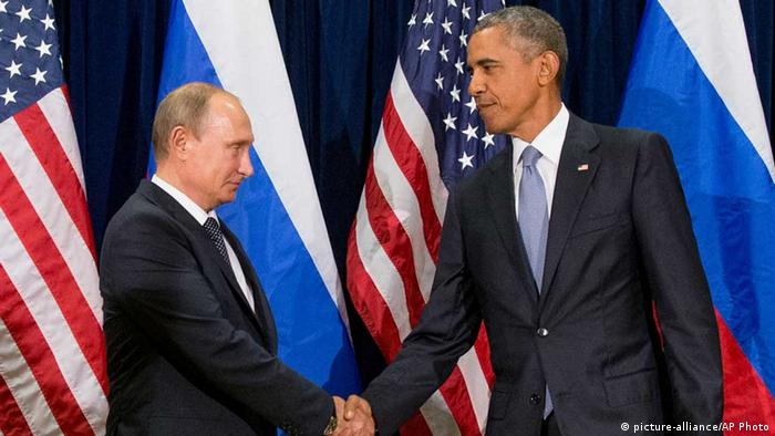 Владимир Путин и Барак Обама обмениваются рукопожатием