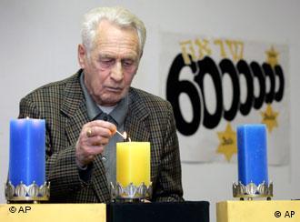 Один из бывших узников Минского гетто зажигает свечу памяти о евреях, погибших в годы Второй мировой войны