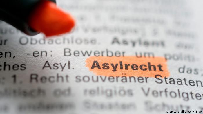 Das farblich hervorgehobene Wort Asylrecht in einem Text symbolisiert die Brisanz des Themas