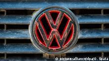 Das Volkswagen Logo ist am 25.09.2015 auf einem VW Golf vor dem VW Werk in Wolfsburg (Niedersachsen) zu sehen. Foto: Ole Spata