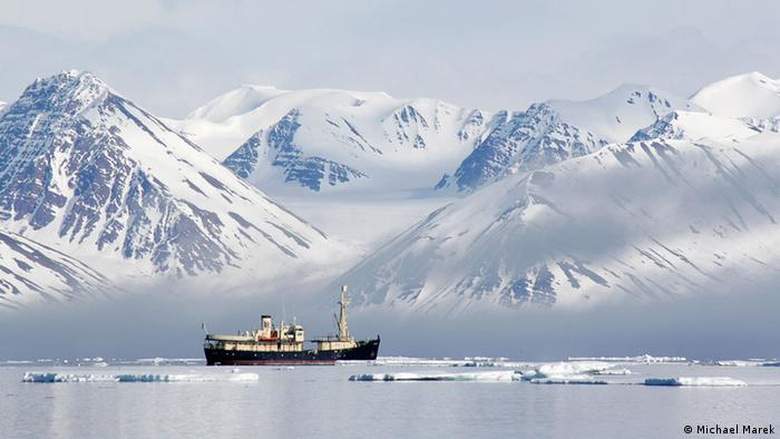 Vereiste Polarlandschaft mit Schiff in Spitzbergen, Norwegen (Photo: Michael Marek)