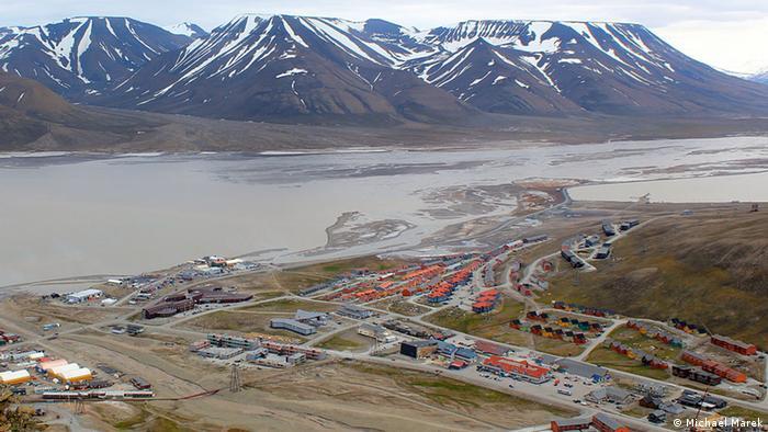 Das Dorf Longyearbyen auf Spitzbergen, Norwegen, von weit entfernt (Photo: Michael Marek)
