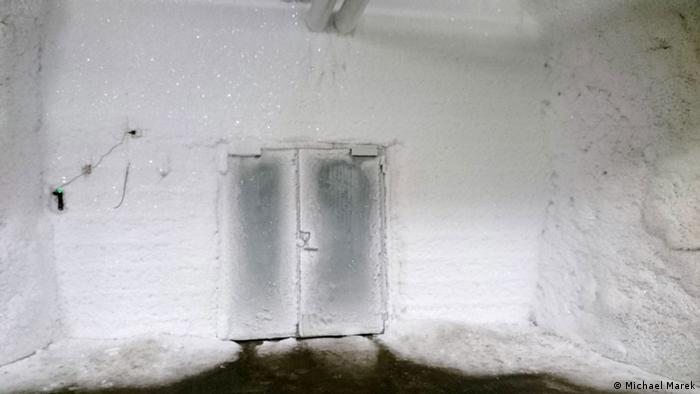 vereiste Tür am Ende des Tunnels hinter dem Eingang des Svalbard Global Seed Vault auf Spitzbergen (Photo: Michael Marek)
