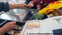 Wirtschaft Symbolbild Verbraucherpreise Einkauf Kasse Kunde Verbraucher