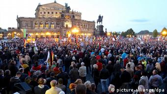 Pegida demonstrators in front of the Semper Opera in Dresden (picture-alliance/dpa)