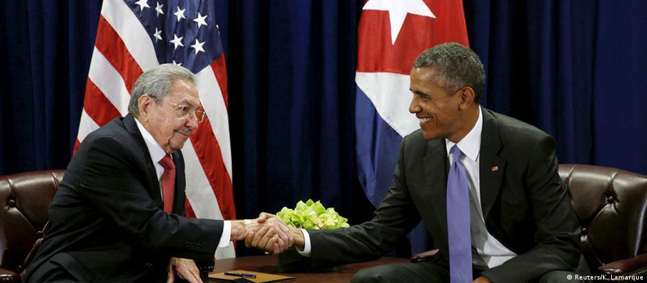 Castro (esq.) e Obama: troca de bandeiras simbólica