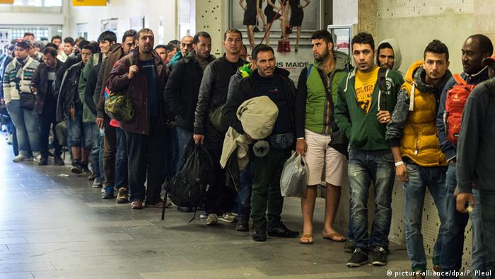 Refugees wait in line in Brandenburg (picture-alliance/dpa/P. Pleul)