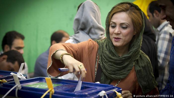 Eine Iranerin bei der Stimmabgabe