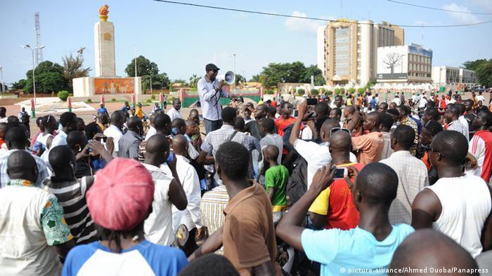In der Hauptstadt Ouagadougou demonstrierten am Dienstag die Menschen gegen die Präsidalgarde Foto: Ahmed Ouoba/PANAPRESS/MAXPPP -