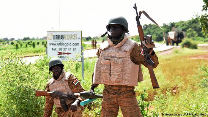 Soldaten kontrollieren den Zugang zur Basis der Präsidentengarde in Ougadougou (Foto: afp)