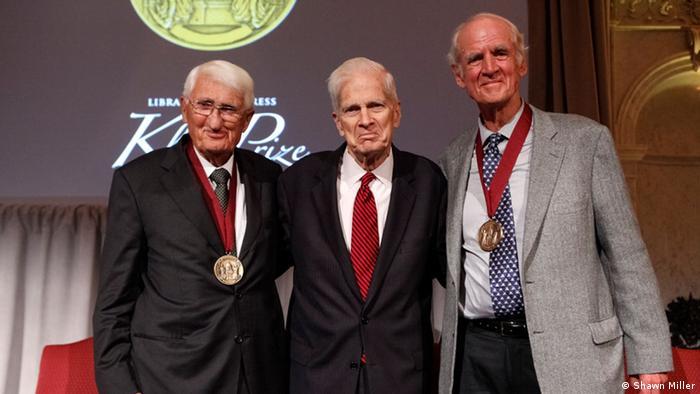 Habermas e Taylor ao lado de Billington, durante a cerimônia de premiação, em Washington