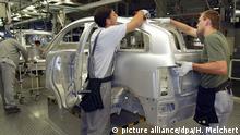 Mitarbeiter von Audi arbeiten am Donnerstag (11.07.2002) an einer Audi-A2-Karosserie, die komplett aus Aluminium gefertigt wird. Bei einer Veranstaltung Audi und Leichtbau am Donnerstag im Audi-Werk Neckarsulm informierte Audi über seinen Weg vom Aluminium-Pionier zum Hersteller von Großserienfahrzeugen aus Aluminium. dpa/lsw