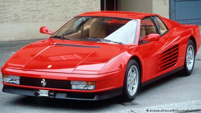 Мнозина обичат да се шегуват, че ако едно Ферари не е червено, значи не е истинско Ферари. Но името Testarossa няма нищо общо с цвета на каросерията: клапаните на 12-те цилиндъра са винаги лакирани в червено, независимо от цвета на автомобила. Спортната кола е произвеждана от 1984 до 1996 година, като от нея има само 7 200 бройки.