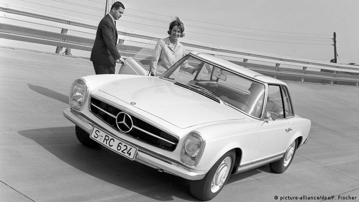 През 1963 година моделът 230 SL сменя легендарните 300 SL и 190 SL на Мерцедес. Дизайнерите му загърбват закръглените форми на неговите предшественици и създават един семпъл спортен автомобил, който доставя истинско удоволствие. Заради леко огънатия навътре покрив той получава прякора Пагода. Днес автомобилът струва до 60 хиляди евро.
