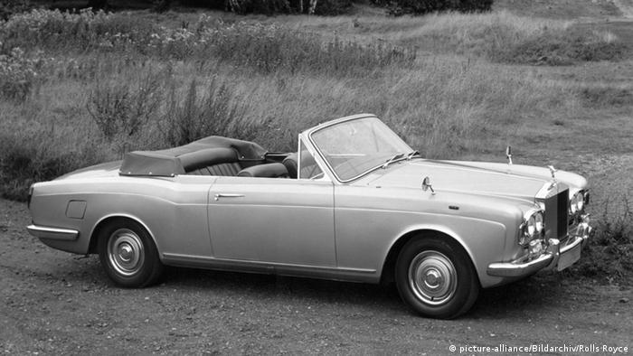 Ролс Ройс Silver Shadow от 1967 година: два тона елегантност и най-фина техника. Този автомобил ускорява до 100 км/ч за 11 секунди, а разходът му на бензин е около 22 литра на 100 километра. От модела на снимката са произведени само 500 броя. Днес цената му е около 50 хиляди евро, а нов Ролс Ройс, който харчи само 14 литра, струва 300 хиляди евро.