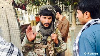 Taliban-Kämpfer in Kundus im Gespräch mit einem Bewohner nach dem Einmarsch (Foto: Reuters)