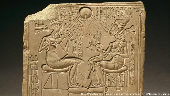 A house altar depicting Akhenaten, Nefertiti and three of their daughters (Copyright: bpk/Ägyptisches Museum und Papyrussammlung, SMB/Margarete Büsing)