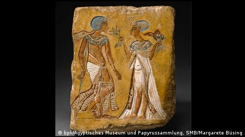 A visual depiction of a man and a woman as found in Tutanchamun's grave in Amarna