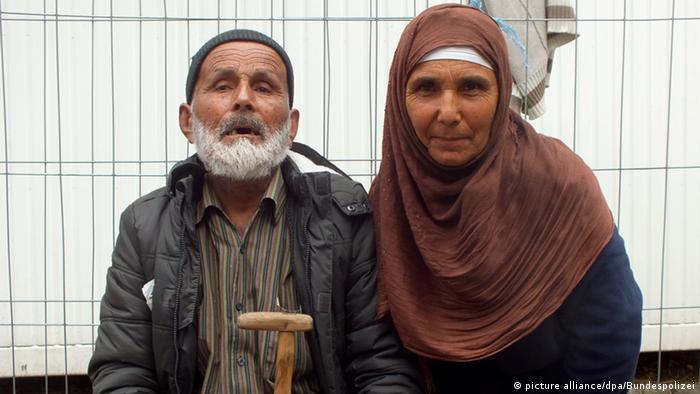 Det angeblich 110-jährige Flüchtling aus Afghanistan mit seiner Tochter (Foto: dpa)