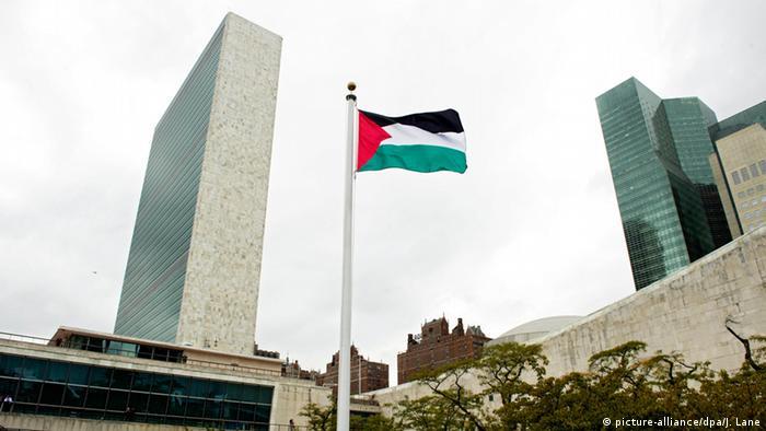 Flaggenzeremonie in New York: Die Palästinensische Flagge wird vor dem UN-Gebäude gehisst (Foto: dpa)