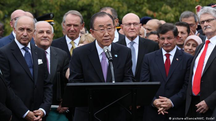 UN-Generalsekretär Ban Ki Moon und seine geladenen Gäste; darunter der Türkische Premier Ahmet Davutoglu (3.v.r.), der Premier aus dem Libanon Tammam Salam (4.v.r.) und der französische Außenminister Laurent Fabius (l) (Foto: picture-alliance/AA/C. Ozdel)