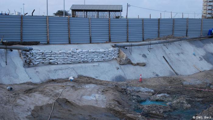Hier hilft auch kein Wasserdruck in der Leitung mehr: Der Rio Chiveve in Mosambik liegt trocken