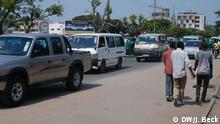 Straßenszene in Beira, Afrikas zweitgrößter Stadt. Fußgänger, Minibusse (örtlich Chapas genannt) und Autos in der Avenida Samora Machel. Ort: Beira, Sofala, Mosambik Fotograf: Johannes Beck / DW Datum: 28.09.2015