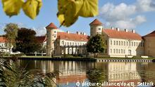 Herbstlich färbt sich am 30.09.2015 das Kastanienlaub am Schloss in Rheinsberg (Brandenburg). Kronprinz Friedrich II. residierte von 1736 bis 1740 im Schloss, das er 1744 seinem Bruder Heinrich schenkte. Unter ihm erfuhren Schloss und Garten von 1752 bis 1803 bedeutende Veränderungen. Foto: Bernd Settnik/dpa +++(c) dpa - Bildfunk+++