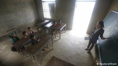 Kinder sitzen in dunklem Klassenzimmer (Foto: REUTERS/Kham)