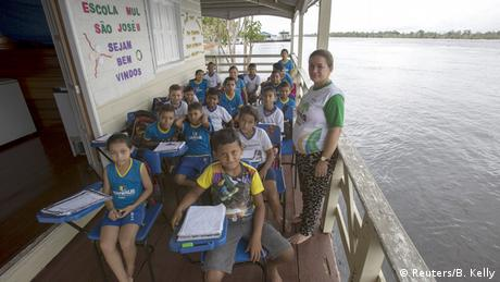 Klassenzimmer auf Boot (Foto: REUTERS/Bruno Kelly)