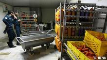 Titel: Wurstfabrik Bildbeschreibung: wegen hygienischer Mangel wird eine Wurstfabrik geschlossen. Stichwörter: Iran, KW40, Wurstfabrik, Wurst, Hygiene Quelle: IRNA Lizenz: Frei
