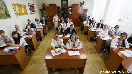 Schüler in der Ukraine an Tischen ordentlich (Foto: REUTERS/Gleb Garanich)