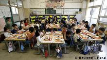 Bildergalerie die Welt der Klassenzimmern First grade students and their teacher Teruko Takakusaki pose for a photo during lunch at Takinogawa Elementary School in Tokyo, Japan, September 18, 2015. Nearly three years after Taliban gunmen shot Pakistani schoolgirl Malala Yousafzai, the teenage activist last week urged world leaders gathered in New York to help millions more children go to school. World Teachers' Day falls on 5 October, a Unesco initiative highlighting the work of educators struggling to teach children amid intimidation in Pakistan, conflict in Syria or poverty in Vietnam. Even so, there have been some improvements: the number of children not attending primary school has plummeted to an estimated 57 million worldwide in 2015, the U.N. says, down from 100 million 15 years ago. Reuters photographers have documented learning around the world, from well-resourced schools to pupils crammed into corridors in the Philippines, on boats in Brazil or in crowded classrooms in Burundi. REUTERS/Toru Hanai PICTURE 25 OF 47 FOR WIDER IMAGE STORY SCHOOLS AROUND THE WORLDSEARCH EDUCATORS SCHOOLS FOR ALL IMAGES