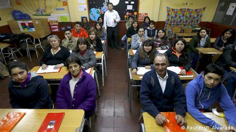 Ältere Leute in Klassenzimmer (Foto: REUTERS/Ivan Alvarado)