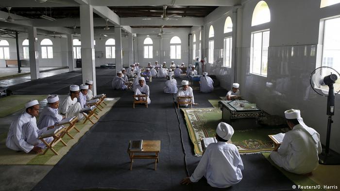 Jungen lernen auf Boden im Koran (Foto: REUTERS/Olivia Harris)