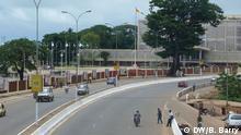 Eine große Verkehrsstraße in Conakry Foto: Bob Barry