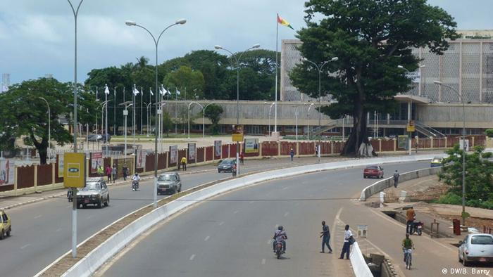 Guinea, Eine große Verkehrsstraße in Conakry