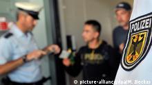 ARCHIV - Beamte der Bundespolizei führen am Flughafen Frankfurt am Main bei Reisenden, die gerade ihr Flugzeug über die Gangway verlasen haben, eine Dokumentensichtung durch (Archivfoto vom 19.08.2010). Ihre Kunden: Ausländer in Not, sogar Kinder waren dabei. Als Schleuser sollen sechs Männer versucht haben, diese Menschen illegal über die deutsche Grenze zu bringen. Nun steht die Bande vor Gericht. Aber nur die kleineren Fische brechen beim Prozess ihr Schweigen. Foto: Marius Becker dpa/lhe (zu lhe-BLICKPUNKT vom 27.07.2011) +++(c) dpa - Bildfunk+++