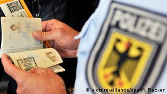 Symbolbild Flüchtlinge Polizei Kontrolle Abschiebung
