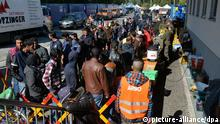 SALZBURG - ÖSTERREICH: ZU APA0305 AI VOM 30.09.2015 - Migranten stehen am Mittwoch,30. September 2015, am österreichisch-deutschen Grenzübergang Freilassing an der Essensausgabe im neuen Notquartier. Der Zustrom von Flüchtlingen hat sich in Salzburg zugespitzt. - FOTO: APA/BARBARA GINDL, eingestellt von pab