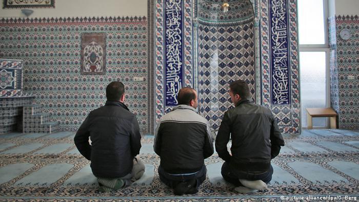 Muslime beim Gebet in einer Kölner Moschee, 15.09.2015 (Foto: dpa)