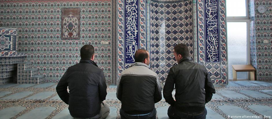 Três refugiados sírios numa mesquita em Colônia, na Alemanha