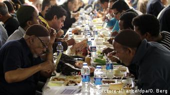 Abendliches Fastenbrechen während des Ramadan in einer Moschee in Köln (Foto: dpa)